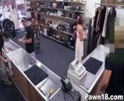 Gata safada faz sexo dentro da loja