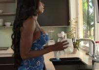 Sexo interracial com a empregada negra peituda muito linda