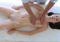 Arrombando a xoxota apertada da cliente durante a massagem