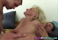 Coroa safada em sexo grupal com os amigos do filho