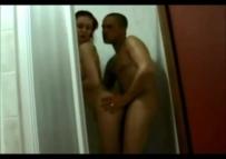 Video amador de casal trapando no banho caiu na net