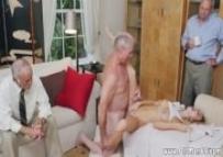 Netinha faz sexo com os amigos do vovô, e ele fica assistindo tudo