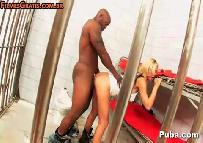 Sexo no presidio com carcereiro dotado